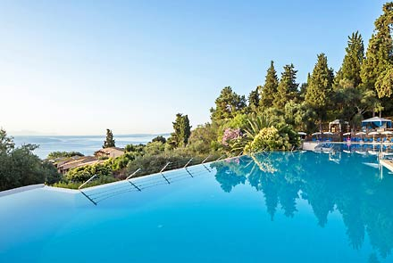Perama, Aeolos Beach Resort